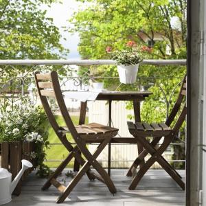 Na balkonie sprawdzą się zawieszane skrzynki na kwiaty jak Askholmen z oferty IKEA. Fot. IKEA
