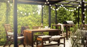 Późną wiosną oraz latem życie domowników przenosi się na taras lub balkon, który staje się strefą wypoczynku, a często także jadalnią i miejscem podejmowania gości.