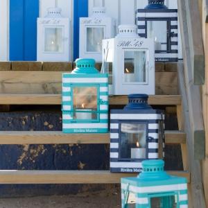 Marka Riviera Maison w najnowszej kolekcji poleca m.in. lampiony Hampton Bay z  metalu malowanego w paski. Fot. Riviera Maison/House&More