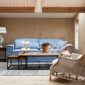 Letnia kolekcja Hamptons marki Riviera Maison z  salonów HOUSE&more to meble i dodatki, które kojarzą  się  z  nadmorskim  relaksem.. W lekkiej orzeźwiającej  kolorystyce utrzymana  jest  kolekcja  poduszek,  pledów i dywanów. Pastele pojawiają się także w wykończeniach sof. W kolekcji mebli wiele naturalnych materiałów, jak rattan i  drewno malowane na biało. Fot. Riviera Maison