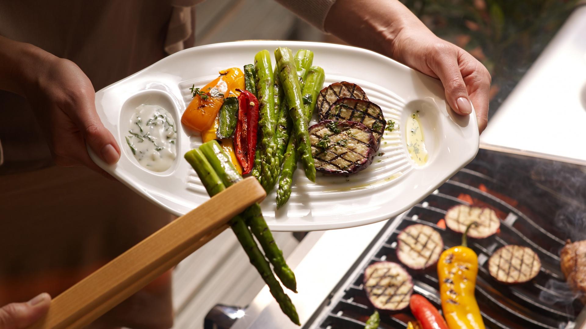 Zwykłe naczynia odchodzą w niepamięć – zamiast nich na grillowane specjały oczekują naczynia z kolekcji BBQ Passion od Villeroy & Boch.  Fot. Villeroy & Boch.
