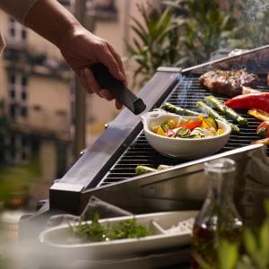 W skład linii wchodzą talerze do steków w trzech rozmiarach: największy – XL, na mniejszy apetyt ‒ L, na przystawkę ‒ M, a także talerz deserowy. Fot. Villeroy & Boch .