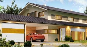 W jaki sposób kompleksowo dopasować stolarkę otworową do wyglądu budynku i przestrzeni wokół? Kluczem jest stworzenie spójnego projektu okien, drzwi, rolet i bram garażowych.