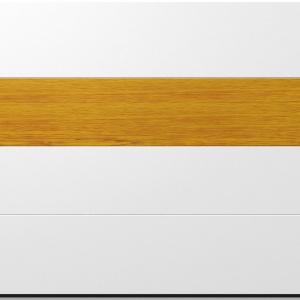 Składająca się z czterech segmentów brama garażowa przyciąga wzrok panelem w kontrastującym kolorze. Ten umiejscowiony powyżej środka subtelny wyróżnik nadaje jej elegancji i nowoczesności. Fot. DAKO