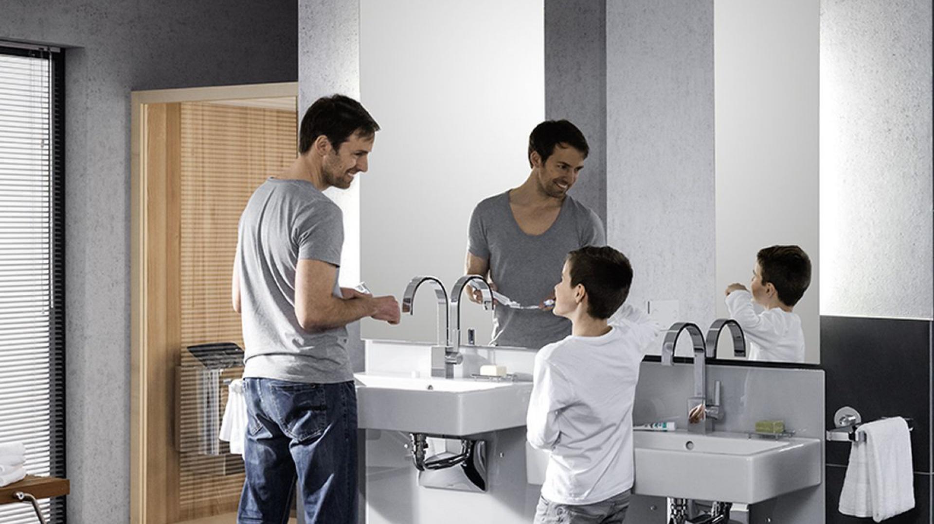 Umywalka znajdująca się na idealnej wysokości dla każdego domownika, niezależnie od wzrostu: stelaż Viega Eco Plus z regulacją wysokości pozwala łatwo podnosić i opuszczać umywalkę, bez wykorzystywania żadnej elektroniki.  Fot. Viega