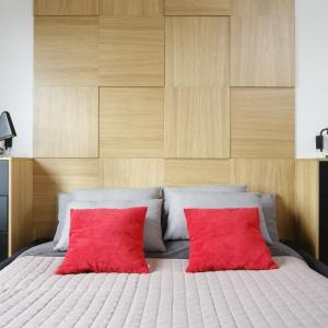 Zagłówek w tej sypialni wykonano z trójwymiarowych, asymetrycznie rozmieszczonych drewnianych płytek. Projekt: Małgorzata Łyszczarz. Fot. Bartosz Jarosz