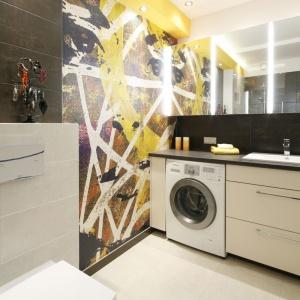 Duże lustro zawisło również nad umywalką w łazience. Projekt: Monika Olejnik. Fot. Bartosz Jarosz