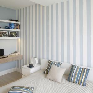 W sypialni wysokość wnętrza optycznie powiększają pionowe pasy na ścianie za łóżkiem. Projekt: Agnieszka Zaremba, Magdalena Kostrzewa-Świątek. Fot. Bartosz Jarosz