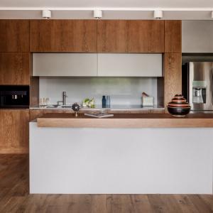 Model Z5 - kuchnię w mieszkaniu mężczyzny-singla urządzono z naciskiem na funkcjonalność rozwiązań. Wysoka zabudowa poprowadzona pod sam sufit chowa wszystkie sprzęty kuchenne. Fot. Zajc Kuchnie