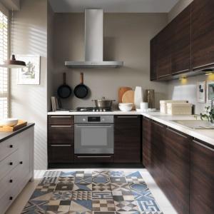 Dekor drewniany w kolorze dąb Sonoma zestawiono z jasnym, kremowym blatem. Fot. Black Red White