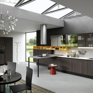 Zaprezentowana na targach Eurocucine kuchnia Mia zachwyca połączeniem dekoru drewna w ciemnym kolorze z żywymi akcentami kolorystycznymi. Fot. Aran Cucine, model Mia