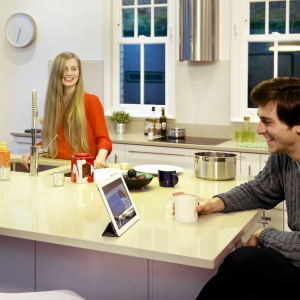 Dzięki elektronicznej nianiy rodzice mogą obserwować, co dzieje się w pokoju ich dziecka, podczas, gdy sami mogą zrelaksować się przy kawie. Fot. D-link