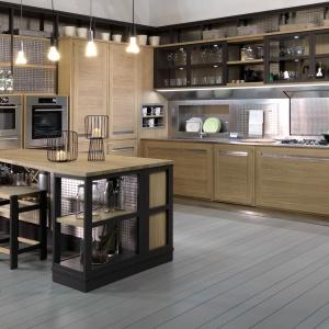 Inspiracja od marki Lottocento: metalowe panele z perforacjami wprowadzają do kuchni industrialny klimat, a edisonowskie żarówki zwizające nad półwyspem go podkeślają. Fot. Lottocento, kuchnia Roveretto