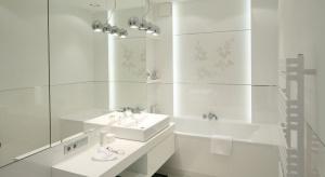 Elementem, który odgrywa ważną rolę w użytkowaniu łazienki jest oświetlenie.<br />Podpowiadamy co jest najbardziej istotne podczas projektowania oświetleniaw tym pomieszczeniu.