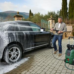Wiele modeli zostało wyposażonych w dodatkowy osprzęt przeznaczony m.in. do mycia samochodów. Fot. Bosch