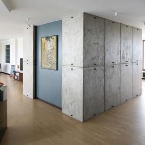 W przedpokoju tego apartamentu płyty z surowego betonu zestawiono z reprodukcją słynnego arcydzieła Gustava Klimta. Fot. Bartosz Jarosz