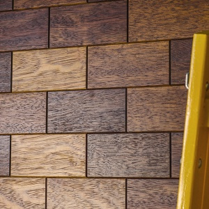 """Klepka parkietowa Brick pozwala stworzyć efekt drewnianej """"cegły"""" na ścianie. Fot. Dudzisz Wood and Floor"""