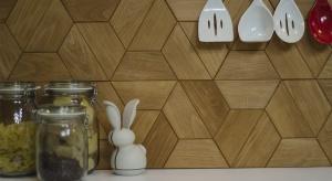Drewno towarzyszy nam od pokoleń, a ostatnio znowu stało się modne. Zobaczcie, jak wykończyć nimi podłogi i ściany w nietypowy, efektowny sposób.