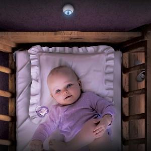 Bezprzewodowy czujnik ruchu Fibaro Motion Sensor wykryje nie tylko ruch, ale także temperaturę pomieszczenia czy natężenie światła, dopasowując je do sytuacji i potrzeb domowników, np. gdy pociecha obudzi się w nocy. Cena 239 zł. Fot. Fibaro