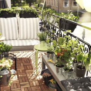 Na balkonie i tarasie możemy ułożyć płytki drewniane, które nie wymagają fachowego montażu. Płytki takie możemy ułożyć samodzielnie na lato i złożyć, gdy nadchodzi zima. Fot. IKEA