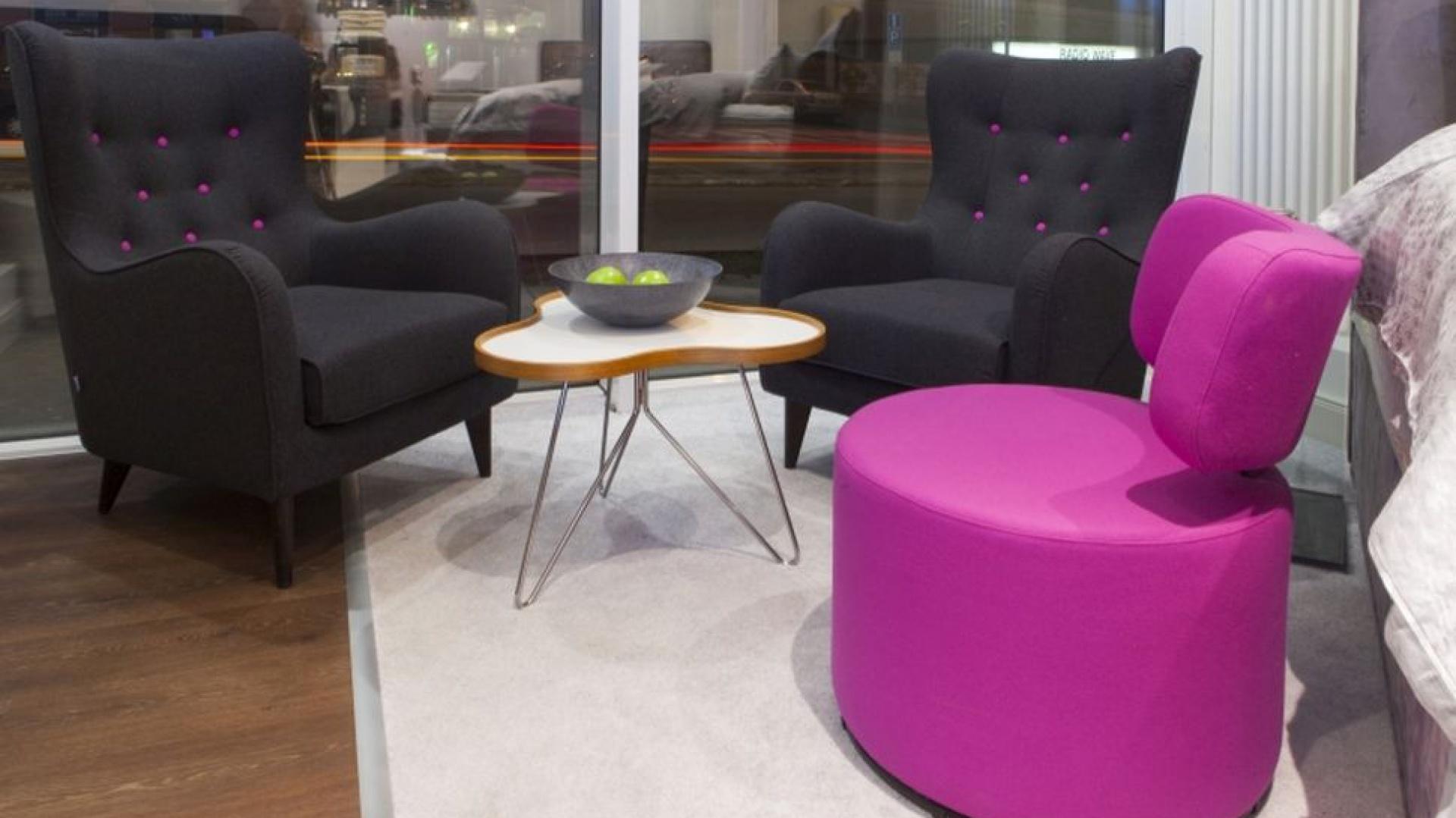 Nieformalny charakter tego typu miejsc spotkań podkreślany jest również poprzez użycie puf. Te urocze siedziska w różnych rozmiarach, kształtach i kolorach, niedbale rozrzucone, przypominać nam będą nasz mały, prywatny harmider. A gdy się w nie wtulimy, popijając kawę, możemy nawet zapomnieć, że wyszliśmy z domu. Fot. Innex