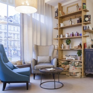 Takie rozwiązania ciekawie zaprezentują się również w domu. Ze wspomnianej palety możemy bowiem wykonać samodzielnie stolik do kawy lub nawet stelaż łóżka do sypialni. A jeżeli lubimy intensywniej mieszać smaki, to idealnie będziemy się czuć w eklektycznie urządzonych miejscach. Fot. Innex