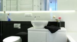 Pomieszczenie ma zaledwie około 6 m², ale odnosi się wrażenie, że jest kilka razy większa. To efekt zastosowania wielu pomysłowych trików optycznych.