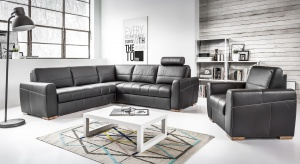 Aranżując minimalistyczny pokój dzienny warto pamiętać, aby mebel wypoczynkowy w czarnym obiciu nie konkurował z resztą wyposażenia.
