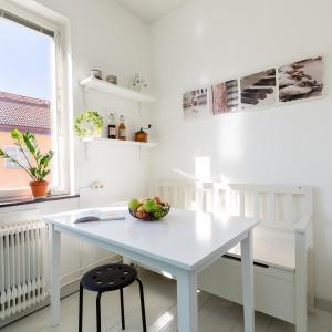 W kuchni wygospodarowano miejsce na jadalnię. Fot. Svenksfast.se
