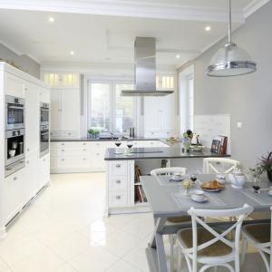 W kuchni w klasycznym stylu szara ściana pomalowana farbą stanowi tło dla białej zabudowy kuchennej. Projekt: Maciejka Peszyńska-Drews. Fot. Bartosz Jarosz