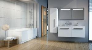 W niewielkich łazienkach wanna zawsze będzie bardzo blisko innych sprzętów, warto zamontować na niej parawan, który zabezpieczy najbliższe otoczenie przed zachlapaniem wodą.