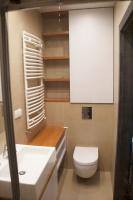 Realizacja łazienki w drewnie i bieli