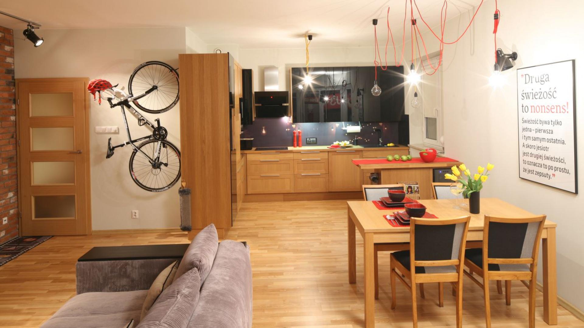 Kuchnię otwartą na salon możemy połączyć z nim wizualnie za pomocą jednolitej podłogi. Projekt: Izabela Szewc. Fot. Bartosz Jarosz