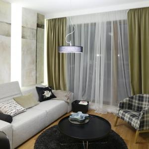 Wystrój salonu jest inspirowany modernizmem, ale w nowoczesnym wydaniu. Projekt: Kasia i Michał Dudko. Fot. Bartosz Jarosz