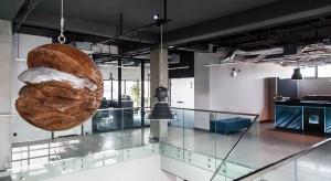 Na poznańskim Grunwaldzie stanął prosty w formie budynek IT.integro, który wyróżnia się na tle lokalnych biurowców minimalistyczną, grafitową bryłą.Za projekt architektoniczny odpowiada Pracownia Architektoniczna Bieńkowscy. Aranżacją wn�