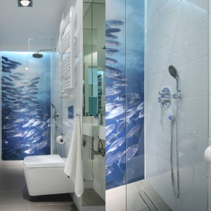 Łazienka jest mała i wąska dlatego otwarty prysznic został oddzielony szklaną taflą, fototapeta na ścianie optycznie poszerza i dodaje charakteru. Projekt: Anna Maria Sokołowska. Fot. Bartosz Jarosz