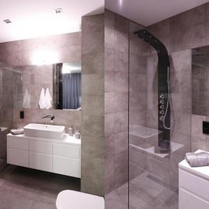 Minimalistyczny styl aranżacji sprawia, że mała łazienka jest wygodna i bardziej przestronna. Projekt: Karolina Łuczyńska. Fot. Bartosz Jarosz