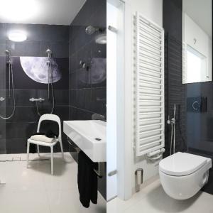 W małej łazience zdecydowano się na odważne, ale oszczędzające przestrzeń rozwiązanie: otwarty prysznic dla dwojga. Projekt: Kasia i Michała Dudko. Fot. Bartosz Jarosz