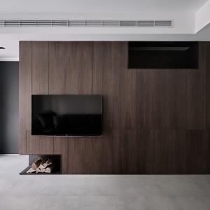 Drewno w ciemnym wybarwieniu nadaje wnętrzu solidny i przytulny charakter. Projekt: Z-AXIS Design. Fot. Hey!Cheese Photography