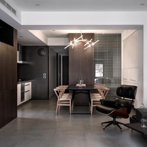 Wchodząc do domu, oczom domowników ukazuje się otwarta strefa dzienna z salonem, jadalnią oraz schowanymi za ażurowym przeszkleniem gabinetem i schowkiem. Projekt: Z-AXIS Design. Fot. Hey!Cheese Photography