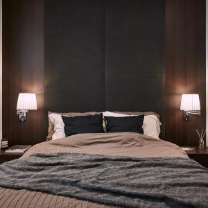 W kolejnej sypialni postawiono na apetyczne kolory kawy z mlekiem i czekolady. Projekt: Z-AXIS Design. Fot. Hey!Cheese Photography