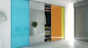 Pojemna i zorganizowana szafa to mniej czasu straconego na poszukiwania ubrań. To również bardziej uporządkowana przestrzeń. Zobaczcie, jak zorganizować szafę.