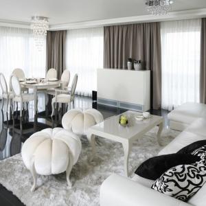 Miękki, kosmaty dywan w stylu shaggy w interesujący sposób kontrastuje z gładką powierzchnią posadzki. Projekt: Katarzyna Uszok. Fot. Bartosz Jarosz