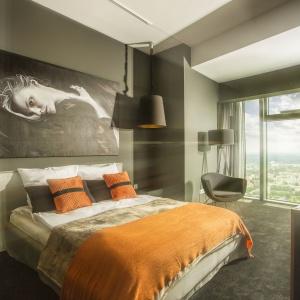 Sypialnia w apartamencie w Sky Tower, projekt wnętrza: 2kul INTERIOR DESIGN.