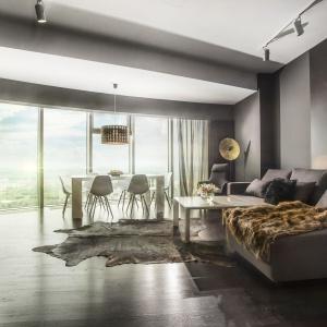 Apartament w Sky Tower, podłoga Baltic Wood, projekt wnętrza: 2kul INTERIOR DESIGN.
