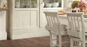 Drewno i kamień nadają wnętrzu szlachetny wygląd. Możemy je zastąpić panelami podłogowymi nawiązującymi wyglądem do tych naturalnych materiałów.
