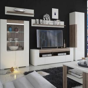 Nowoczesne, białe meble do salonu z dodatkiem dekoru drewna: kolekcja Toronto Meble Wójcik. Fot. Meble Wójcik
