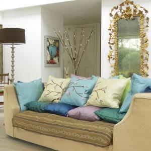 Jedwabne poduszki z japońskim symbolem piękna - kwiatem wiśni - to sposób na prostą i szybką metamorfozę salonu. Fot. Dremel