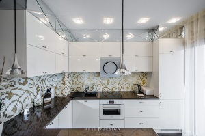 Biała kuchnia w apartamencie w Gdyni