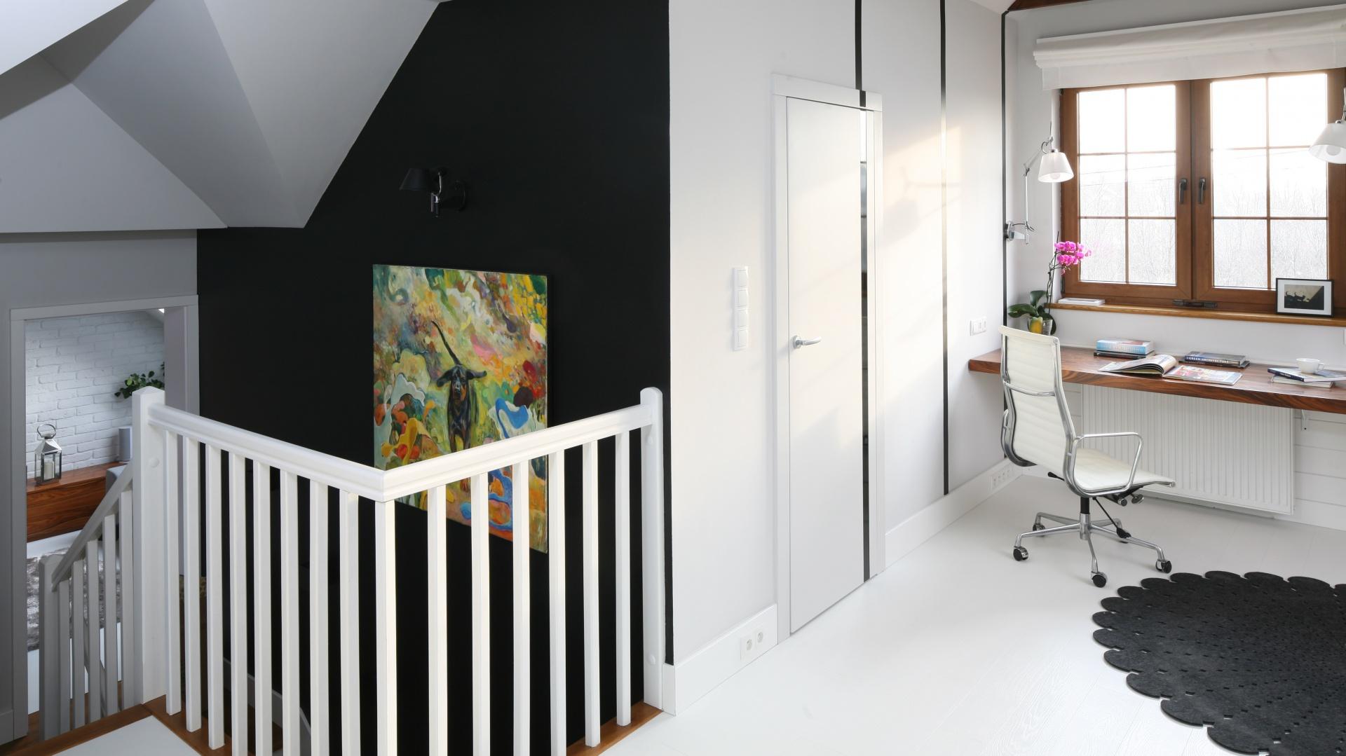 Przestrzeni poddasza nie zamykają drzwi– na ten poziom bezpośrednio prowadzą schody. Przestrzeni nie dzielą też żadne ścianki działowe. Projekt: Magdalena Zaremba, Agnieszka Kostrzewa-Świątek. Fot. Bartosz Jarosz